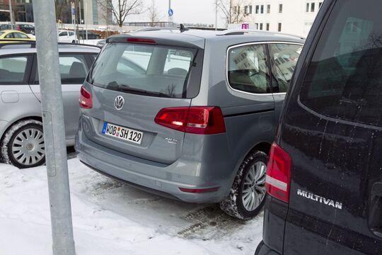 Ein verschneiter Parkplatz kann tückische Hindernisse verbergen.