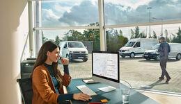 Flottenmanagement, Fuhrparkverwaltung, Frau, PC, Büro, Flottensteuerung