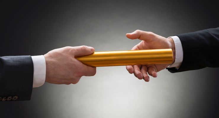 Hände Übergabe GEschäftsmänner Staffelstab