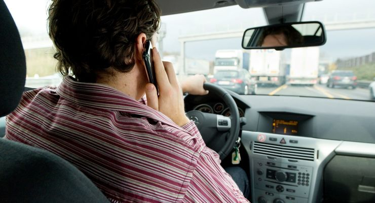 Mann am Steuer, Handy, Verbot, Gefahr, Smartphone