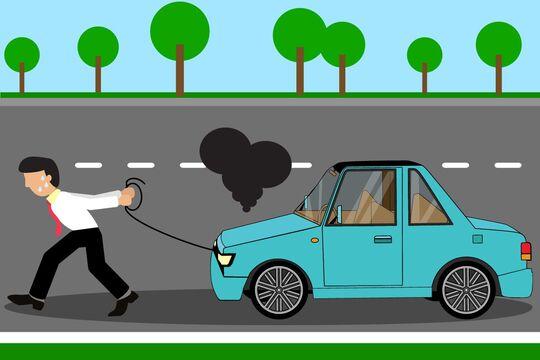 Mann zieht Auto