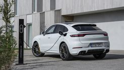 Porsche Cayenne Coupé 2020, Turbo S E-Hybrid, Ladesäule, laden