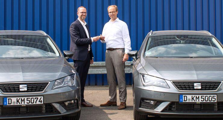 Seat Leon ST Fahrzeugübergabe Metro; Christian Voß, Leiter Flotten Handelsgeschäft bei Seat (links im Bild) und Dr. Richard Hesch, Geschäftsführer FSD & Multichannel bei der METRO Deutschland GmbH.