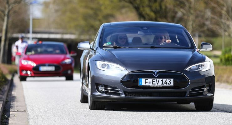 Tesla model s fahrend auf Straße
